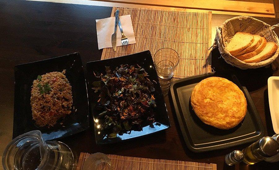 Sopar casolà del Refugi Casa Canelo: arròs amb verdures, amanida i truita