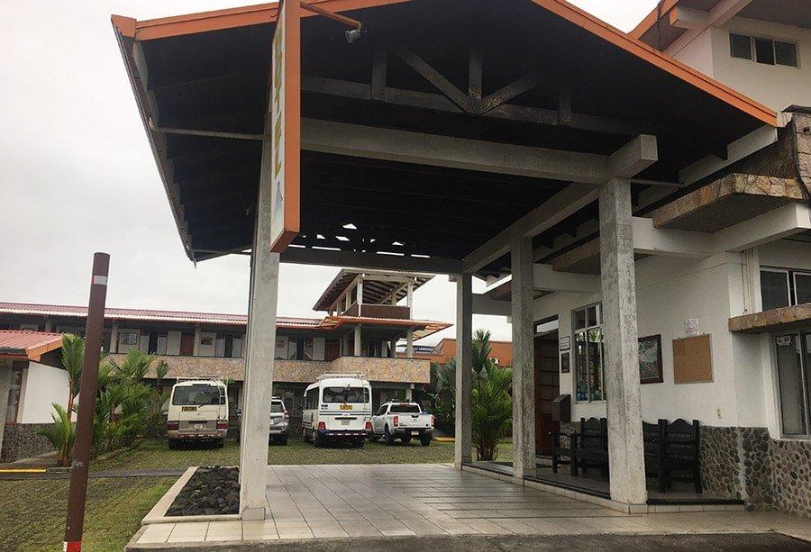 Entrada al Hostel San Bosco Inn, a La Fortuna