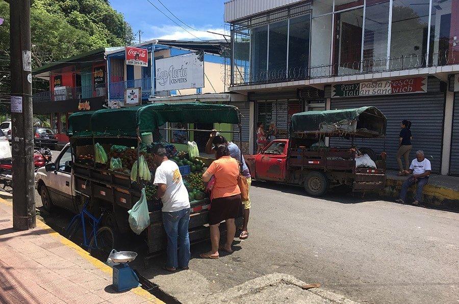 Venda de fruita a la ciutat de Quepos