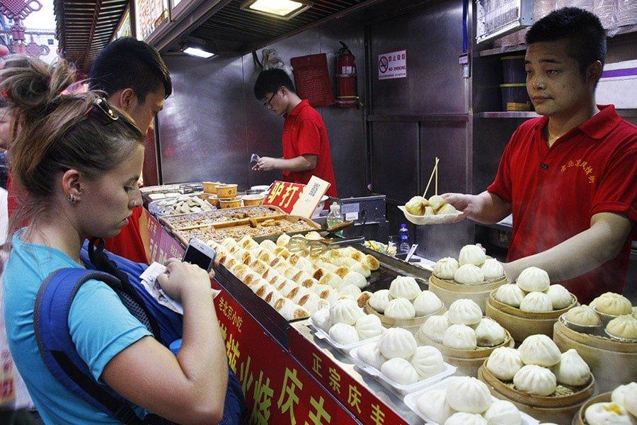 Comprant dumplings a Wangfujing, Beijing