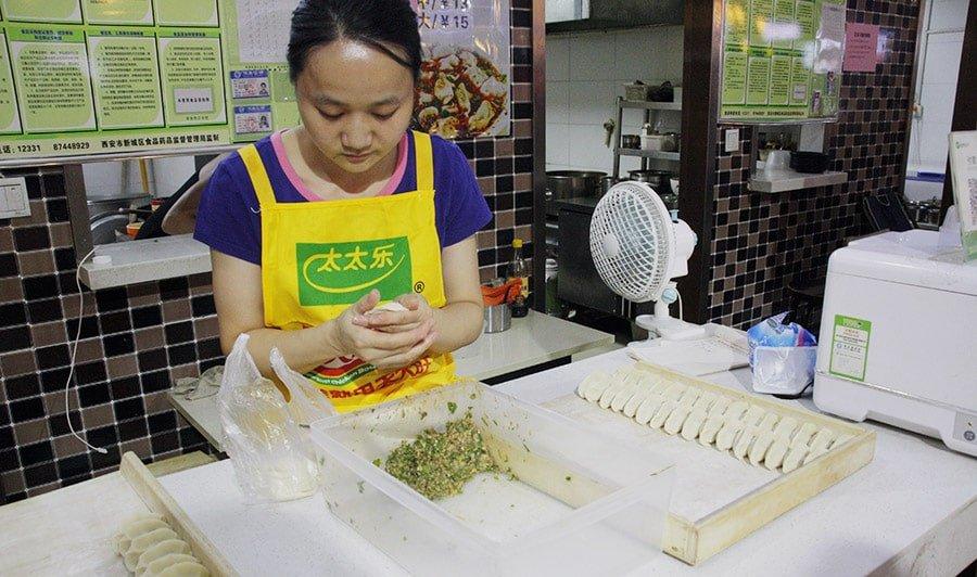 Elaboració de dumplings en un food court