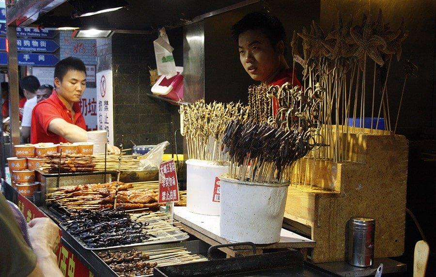 Diferents insectes que es poden adquirir per menjar en el carrer de Wangfujing, a Beijing