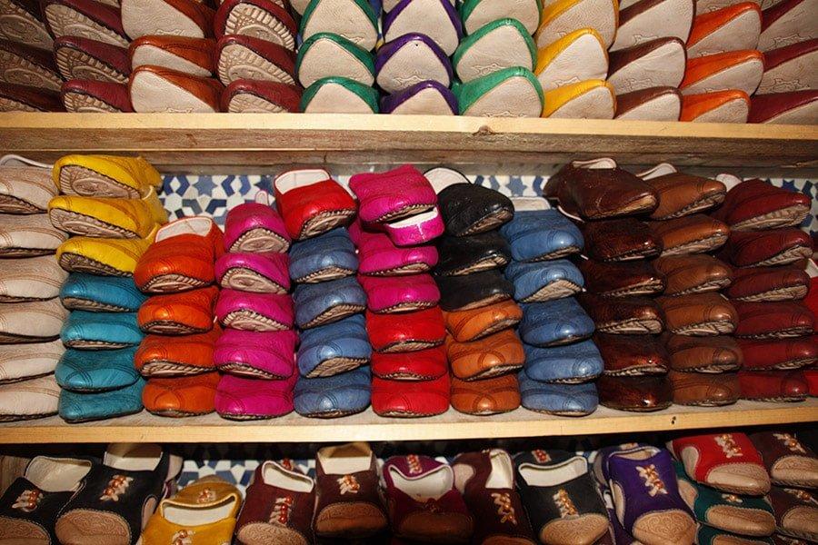 Babutxes de diferents colors en una botiga del Marroc