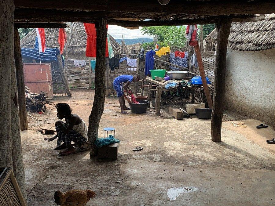 El dia a dia a casa d'una família de Kédougou, Senegal