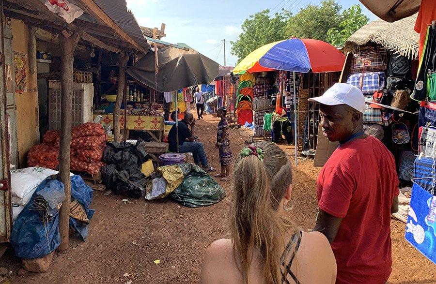 Visitant un mercat de Kédougou, Senegal