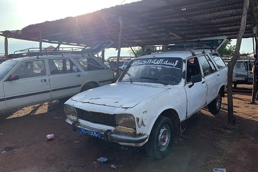 Vehicle sept-place aparcat a un garatge de Kédougou