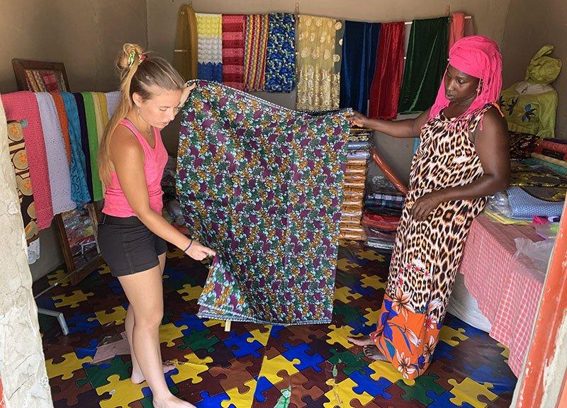 Comprant teles africanes a Abéné