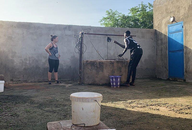 Cubell d'aigua per netejar-nos i marxar d'excursió al País Bassari