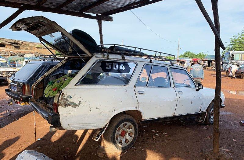 Esperant al garage de Kédougou per anar cap a Abéné