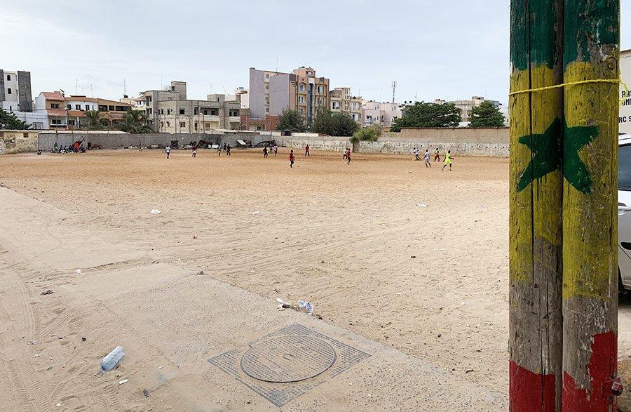 Nens i joves jugant a futbol davant del nostre hotel de Dakar