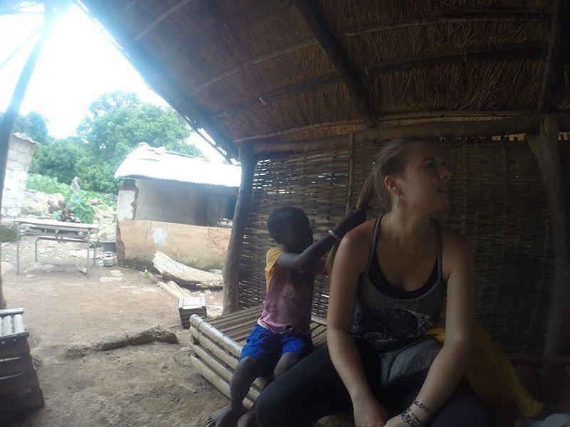 Interactuant amb els nens d'ètnia Bédik al País Bassari