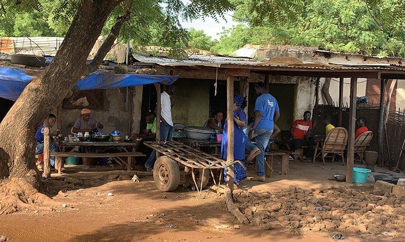 Preparant entrepans per esmorzar a Kédougou