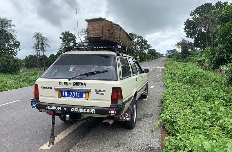 Nou vehicle setplaces amb taüt, per anar a Abéné